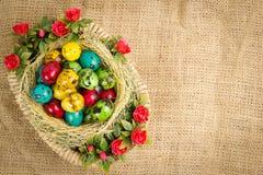 Ostern-Wachteleier in einem Weidenkorb Stockbilder