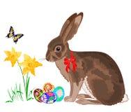 Ostern wenig Häschen mit Narzissen und Schmetterlingen Lizenzfreie Stockbilder