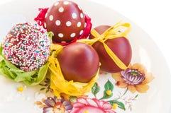 Ostern-Zusammensetzung in der rustikalen Art: farbige Eier auf Weinleseplatte Lizenzfreie Stockfotografie