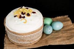 Ostern-Zusammensetzung des süßen Brotes, paska auf schwarzem Hintergrund Feiertagsfrühstückskonzept Stockbilder