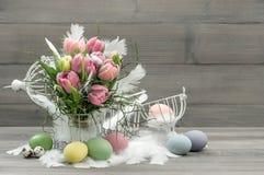 Ostern-Zusammensetzung mit Eiern und Pastelltulpen Lizenzfreie Stockfotografie