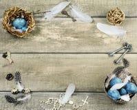 Ostern-Zusammensetzung mit farbigen Eiern und Dekorationen Lizenzfreie Stockbilder