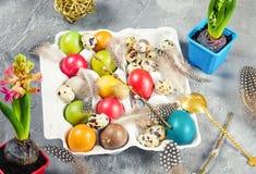 Ostern-Zusammensetzung mit farbigen Eiern und Dekorationen Stockfotografie
