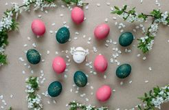 Ostern-Zusammensetzung mit gemalten Eiern stockfoto