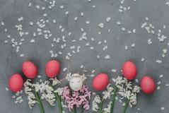 Ostern-Zusammensetzung mit gemalten Eiern lizenzfreie stockfotografie