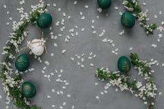 Ostern-Zusammensetzung mit gemalten Eiern stockfotos