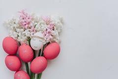 Ostern-Zusammensetzung mit gemalten Eiern stockfotografie