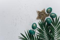 Ostern-Zusammensetzung mit gemalten Eiern lizenzfreies stockbild