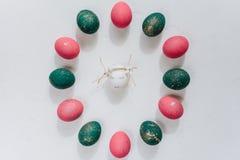 Ostern-Zusammensetzung mit gemalten Eiern lizenzfreie stockbilder