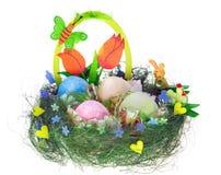 Ostern-Zusammensetzung mit gemalten Eiern, lustigem Huhn und Häschen Stockfotografie