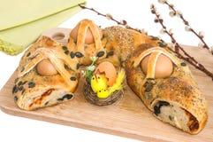 Ostern-Zusammensetzung mit Torte, Dekoration und Weide verzweigt sich Stockfotografie