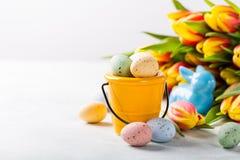 Ostern-Zusammensetzung mit Wachteleiern und -tulpen Stockfotografie