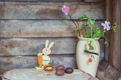 Ostern-Zusammensetzung von Ostereiern, eine schlängelnshaselnuß mit Kaninchen, Lizenzfreie Stockbilder