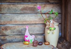 Ostern-Zusammensetzung von Ostereiern, eine schlängelnshaselnuß mit Kaninchen a Lizenzfreie Stockfotografie