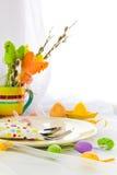 Ostern-Zusammensetzungstabellen-Geschirrperson Lizenzfreie Stockfotos