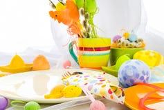 Ostern-Zusammensetzungstabellen-Geschirrperson Lizenzfreie Stockfotografie