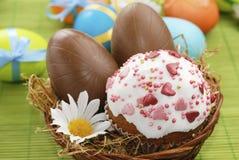 Osternkuchen- und -schokoladenOstereier Stockbild