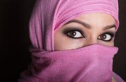Ostfrau der schönen mysteriösen Augen der Nahaufnahme, die ein hijab trägt Stockfoto