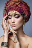 Ostfrauenporträt der schönen Mode mit orientalischem Zubehör Stockfotografie