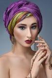 Ostfrauenporträt der schönen Mode mit orientalischem Zubehör Lizenzfreies Stockfoto