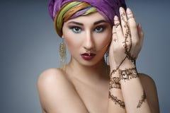 Ostfrauenporträt der schönen Mode mit orientalischem Zubehör Stockfoto