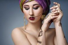 Ostfrauenporträt der schönen Mode mit orientalischem Zubehör Stockbilder