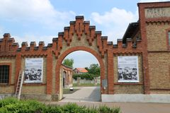Osthofen, Deutschland, am 12. Mai 2018: Tor zum Osthofen-Konzentrationslager lizenzfreie stockbilder