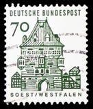 Osthofen port, Soest, tyska byggnader från tolv århundraden, liten formatserie, circa 1965 royaltyfria bilder