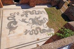 Ostia Antica - bain thermique antique avec le plancher de mosaïque Beaux vieux hublots ? Rome (Italie) images stock