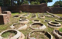 Ostia Antica - de amfora van de korrelopslag Mooie oude vensters in Rome (Itali?) royalty-vrije stock foto's