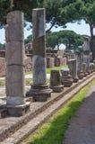 Ostia Antica, Italien - April 23, 2009 - kolonnen fördärvar i den arkeologiska platsen av hamnstaden av forntida Rome, 15 mil sou Arkivbilder