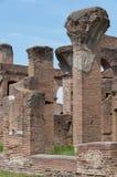 Ostia Antica, Italien - April 23, 2009 - röd tegelsten fördärvar i den arkeologiska platsen av hamnstaden av forntida Rome är 15  Royaltyfri Bild