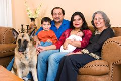 Ostinderfamilie zu Hause Stockfoto