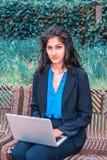 Ostindischer amerikanischer Student, der in New York studiert stockfotografie