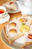 Ostkaka med citronen och te Royaltyfria Foton