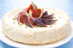 Ostkaka med honung och lavendel dekorerade med fikonträd arkivfoton