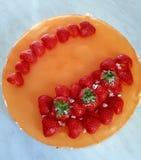 Ostkaka med jordgubbar arkivbilder