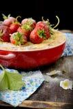 Ostkaka med jordgubbar i en bunke Royaltyfri Bild