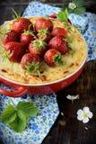 Ostkaka med jordgubbar i en bunke Arkivbilder