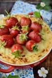 Ostkaka med jordgubbar i en bunke Arkivfoton