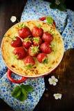 Ostkaka med jordgubbar i en bunke Royaltyfri Fotografi