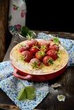 Ostkaka med jordgubbar i en bunke Royaltyfri Foto
