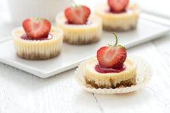 Ostkaka med jordgubben Royaltyfri Bild