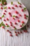 Ostkaka med nya hallon och mintkaramellnärbild lodlinje t Royaltyfria Foton