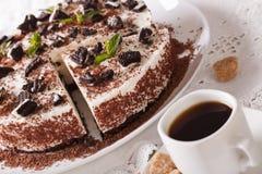Ostkaka med stycken av chokladkakor och kaffecloseupen Arkivbild