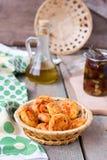 Ostkakor med oliv och sol-torkade tomater Arkivbild