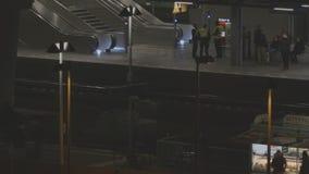 Ostkreuzstation in Berlijn bij nacht stock footage