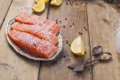 Ostlebensmittel Reisnudeln und -lachse, Zitrone und Gewürze dietätische Lebensmittel Stil-wabi sabi Gesunde Nahrung Hölzerner Hin stockfotografie