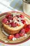 Ostmassapudding med bär honung och mandlar Arkivbild