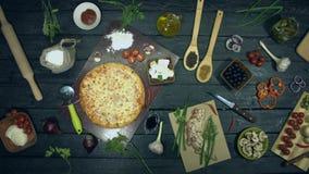 Ostpizza på ekologisk svart bakgrund Stoppa r?relse
